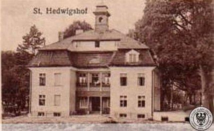 Jeden z budynków ( tzw. Belweder ) należący do Zakładu Opiekuńczego zwanego Dworem w. Jadwigi zakonnego zwanego Belwederem w majątku w Trestnie.