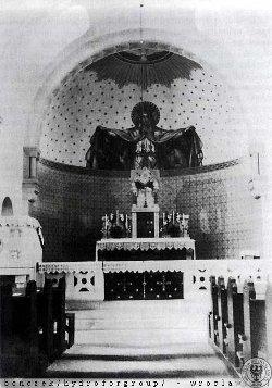 Widok na przedwojenny ołtarz, ufundowany przez hrabinę Joannę Schaffgotsch von Schomberg – Godulla, przedstawiający na malowidle ściennym Patronkę Kościoła