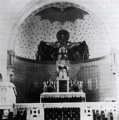 Baldachim nad księskim ołtarzem,  jak w Rzymie…